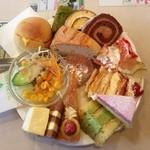 18500591 - サラダを除く全13点の鬼盛りケーキ