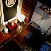 蕎麦屋 籔半 - 旧金沢友次郎邸(伍楽園)から移築した縁側だったケヤキ板。冬場は囲炉裏に炭を焚き、炉端に座りお酒を楽しめます。