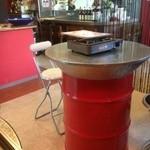 18503925 - ドラム缶テーブルとパイプ椅子