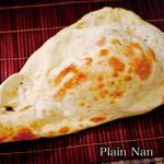 神戸Aarti - インド料理と言えば、この大きなナンが有名ですね。タンドール窯という壺のような窯で壁面に貼り付けて焼きます。