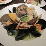 tamaya - 色々な貝の白ワイン蒸し、ハーブの香りを添えて