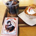 18506382 - とびつきたまシュー+黒豆有機栽培コーヒーセット(左下は記念入場券(150円))