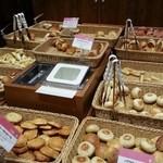 18506390 - 店内すぐにあるパン台。子供が手をのばすとつかめる