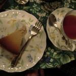 ティーハウス 茶摩 - ホットアッサムと紫いものチーズケーキ