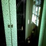 18522255 - 入口すぐの棚。お洒落です。