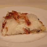 ウィルビウス - アミューズ (桜海老と新玉葱のタルトフランベ)フランスアルザス地方の郷土料理 トマトを使わないピザ チーズはフロマージュ・プラン使用