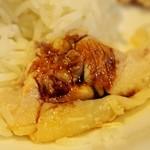堀内チキンライス - 醤油をかける