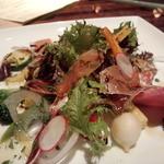 NUTS RESORT DUO - 15種野菜とイベリコ生ハムのサラダ