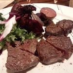 NUTS RESORT DUO - 自家熟成浦幌牛のスキレットグリル盛り合わせ(3種類 ナイフで自分たちでカットした後の画像です)