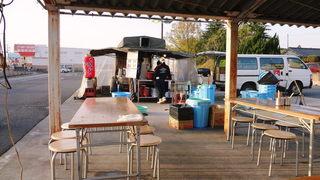 彩華ラーメン 屋台 - 駐車場にテントが設営され、長机と丸椅子が並ぶ