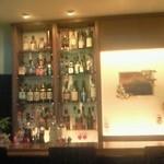 18549590 - カウンターにはお酒が並んでいます