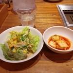 焼肉トラジ -   セットのサラダとキムチ