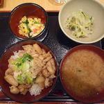 歩々 - 鶏皮入り伊達鳥のにんにく味噌丼(小鉢2品付き)