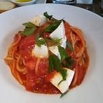 18556461 - トマトとモッツァレラチーズのパスタ。