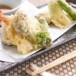 花みずき - 季節の野菜とエビをからりと揚げた「天ぷら盛り合わせ」