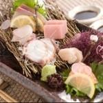 花みずき - 長浜市場から仕入れる鮮魚を使った「刺身盛り合わせ」。一人前からご用意いたします。