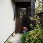 18562565 - 店内への続く庭