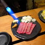 車橋もつ肉店 - 炙り牛レアーロースト300円