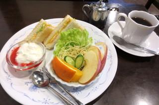 ウィンブルドン - モーニングCセット¥500(トーストサンド、サラダ、ヨーグルト+珈琲)