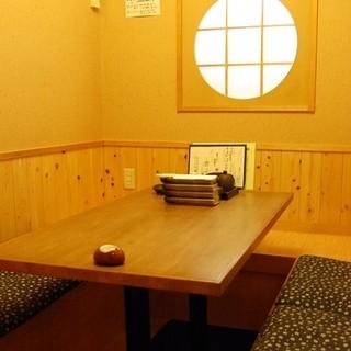 店内は落ち着いた雰囲気。掘りごたつ式個室を完備。
