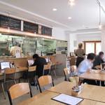 うどん日和 - 外光が入って明るいカフェレストランのような店内。       カウンター席とテーブル席があります。