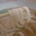 うどん日和 - おつゆも美味しい!       優しい鰹節の味です。       温かいうどんなので、麺はもちやわ風になります。これはこれで良し♪
