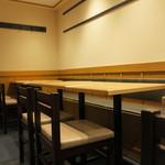 もつ焼き 栄司 - ソファーシートのテーブル席もあるので、ゆったり寛げます。