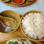 シンガポール海南鶏飯 水道橋店 - ご飯にスープ