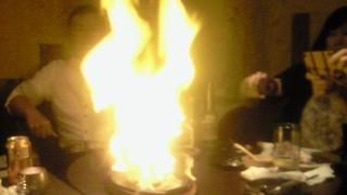 エルボラーチョ - [2013.04.25]アル・テキーラ。牛肉にテキーラをかけ火をつける豪快なお料理。9人で2つ頼んで同時に炎が舞い上がる様は壮観でした