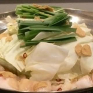 こだわりの国産鶏「桜姫鶏」使用の水炊きとぷりっぷりのもつ鍋