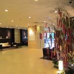 ラマダホテル大阪 - (2012年7月撮影)ロビー左手に七夕のお飾り^^