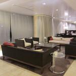 ラマダホテル大阪 - 1階ロビーの様子。