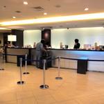 ラマダホテル大阪 - 1階南側、フロント。