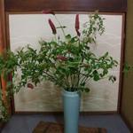 繁の家 - 店内の花