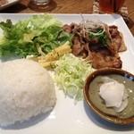 18589217 - 生姜焼き定食、というかプレート ^^。お味噌汁も付いて来ました。
