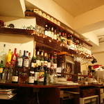 カフェ ドゥサ - フランスの香草リキュール達の並ぶバーカウンター