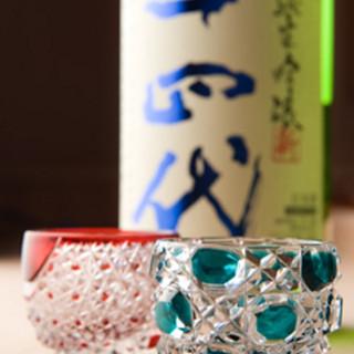 江戸切子のグラスなど、細部にわたるこだわりで特別な時間を