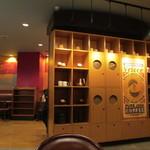 カフェ・ベローチェ - 入口付近の装飾兼資材入れ