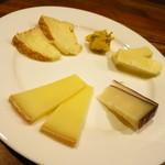 鯖寅果実酒商店 - 世界2位のチーズソムリエ井上裕子氏が監修したチーズ達!チーズ盛り合わせ500円