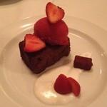 18610187 - ★9 ガトーショコラ・フランボワーズのアイスクリーム・いちご・生クリーム・ショコラ