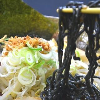 食用の竹炭を練りこんだ本格の炭麺を使用!ミネラル豊富なラーメンです♪
