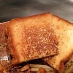 ファイブテンステーキハウス - 肉をのせるパンを最後に焼きます。