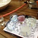 旅館 高島屋 - 利き酒セット、お猪口の下にお酒の説明書き。