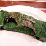 ガネーシュ - 2013春を味わうコース(4000円)のお魚料理:桜鯛 バナナの葉包み焼き