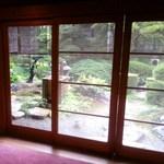 18626028 - 日本庭園を眺めながら個室へと案内されます