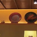 玄 田むら - お店の中は落ち着きのあるお皿が飾られていました