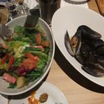 18626416 - ムール貝の白ワイン蒸し、サラダ