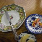 なをゑ食堂 - 取り分け用のナイフとお皿 カラシは小袋三つ