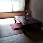 鮨八 - こういう小部屋がたくさんあります