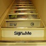 サイン ウィズ ミー - 入り口の階段。意外に急・・・